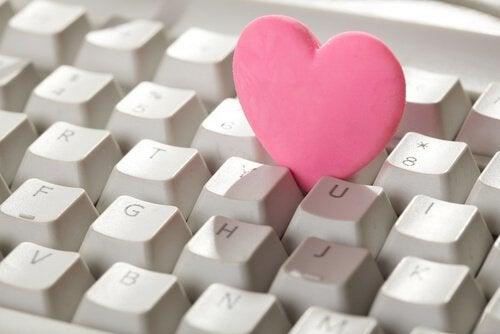 사이버 연인관계의 위험성