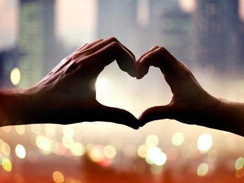 사랑만큼 사람을 발전시키는 것은 없다
