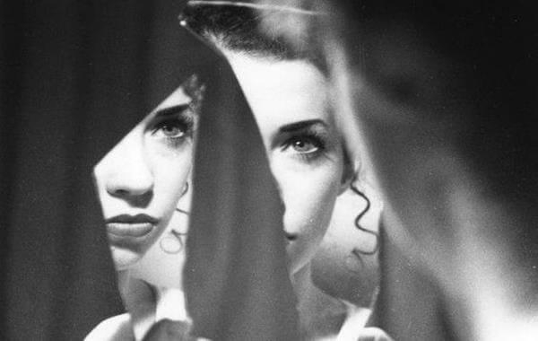 거울 속 여자