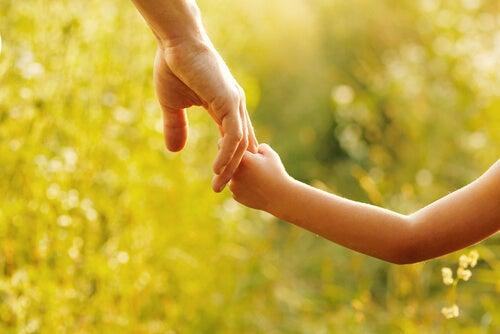 아이의 손을 잡아주기