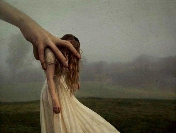 손에 갇힌 여자
