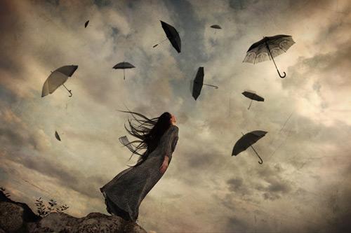 하늘의 우산을 바라보는 여자