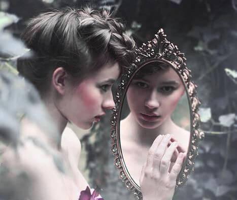 거울을 보는 소녀