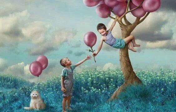 나무 위에서 풍선을 따는 아이들