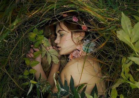 숲속에 누워있는 여자