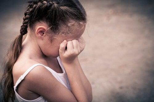 울고 있는 소녀