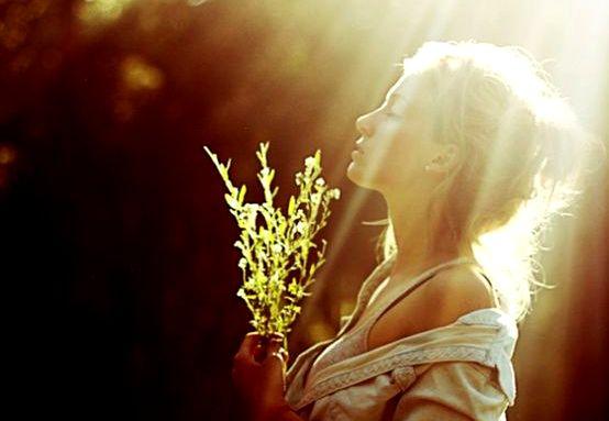 내면의 빛을 드러내는 여자