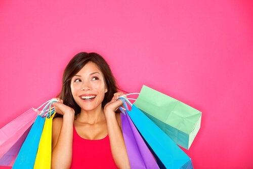 쇼핑하며 행복해 하는 여자