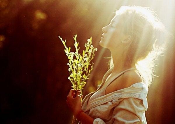 햇빛을 받는 여자