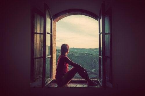 창 밖의 바다를 보는 여자