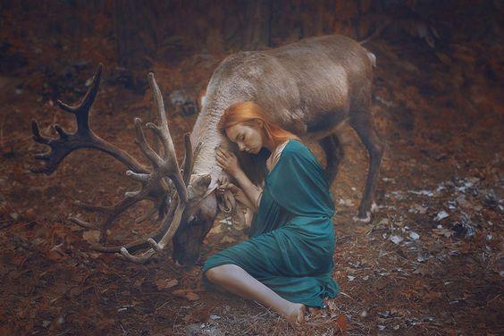 사슴과 함께 있는 여자