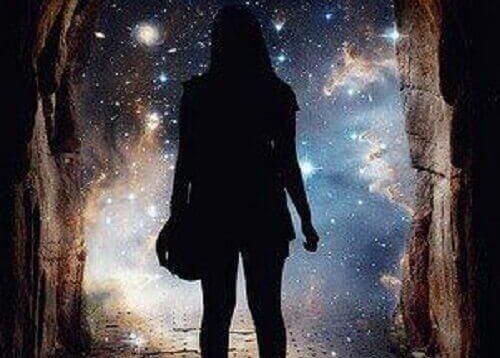 동굴 속의 여자 그림자