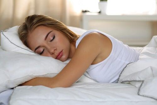 잠을 자고 있는 여자