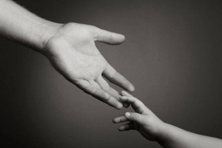 아이 손을 잡은 어른: 너를 다시 볼 수 없다는 바보같은 생각