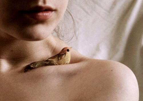 힘겨운 시기를 보내고 있는 여자의 어깨