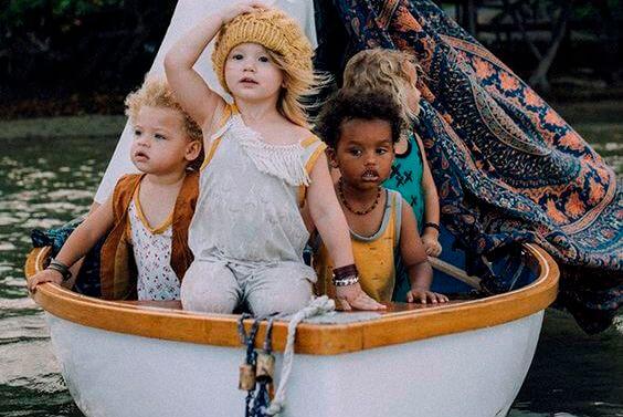 아이로 가득한 배