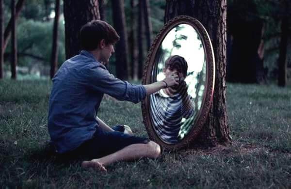 숲속에서 거울만지는 소년