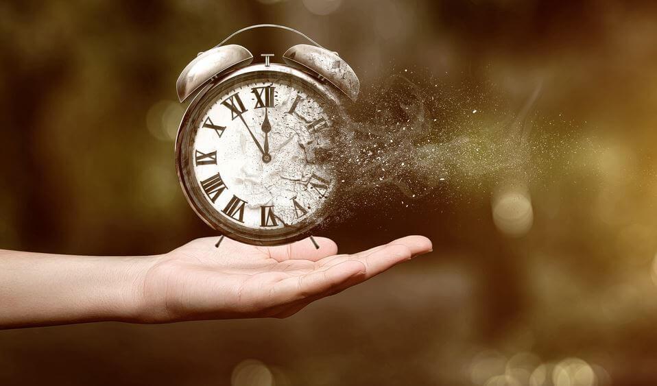 바람에 날리는 시계