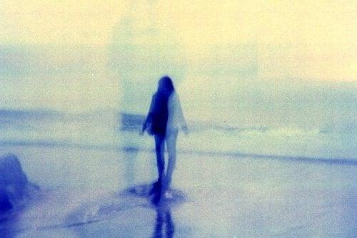 걷고 있는 여자의 그림자