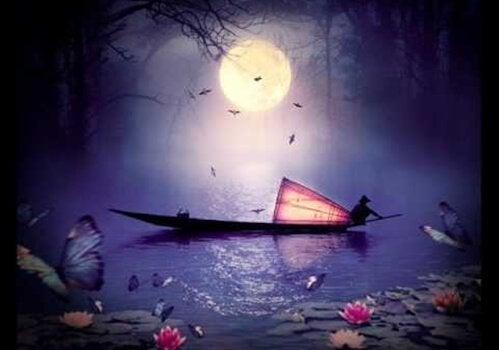 달이 떠 있는 밤에 강 위에 떠있는 배