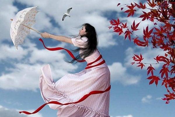 우산으로 바람을 느끼는 여자