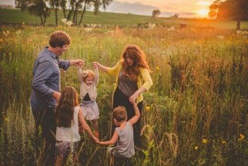 들판에서 즐거운 시간을 보내는 가족