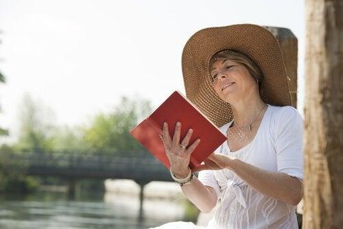 책 읽고 있는 나이많은 여자