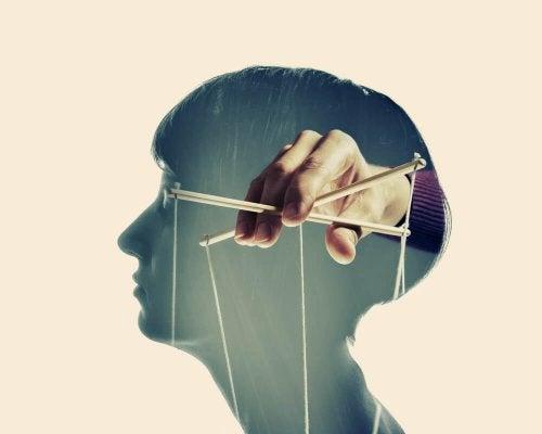 뇌 속에서 조작하는 손길