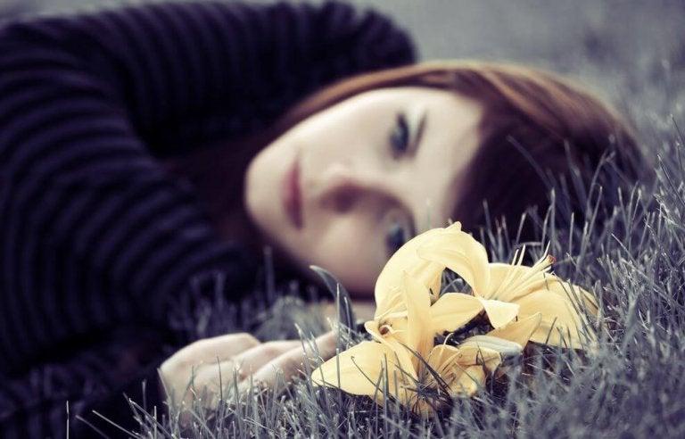 잔디에 누워있는 슬픈 소녀