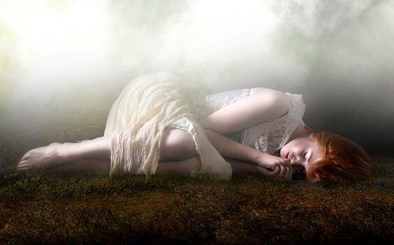 땅에 누워있는 슬픈 여자