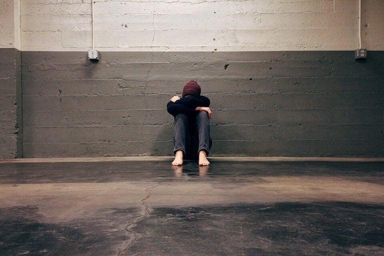 혼자 앉은 슬픈 사람: 사랑받을 가치가 없다고 느끼는 사람들