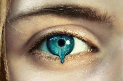 침묵 요법: 푸른 눈물을 흘리는 여자의 눈