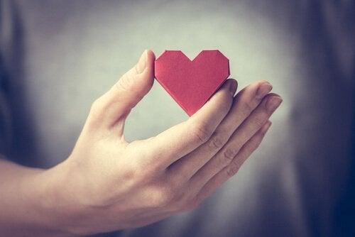작은 종이하트: 용서한다는 것은 분노를 흘려보내는 것