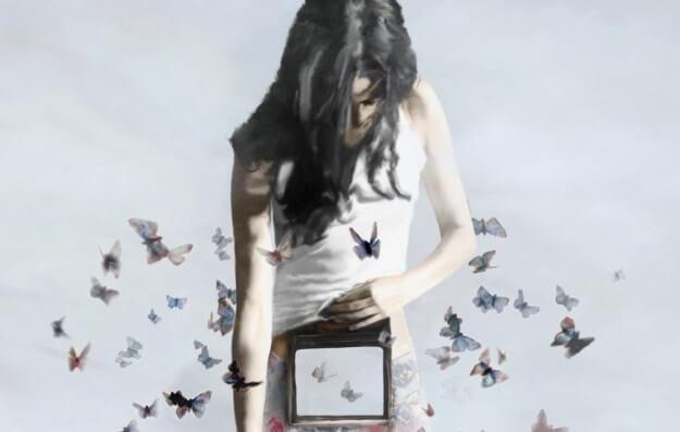 나비에 둘러싸인 여자