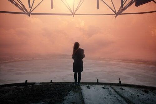 잘못된 연애를 후회하며 바다를 보는 여인