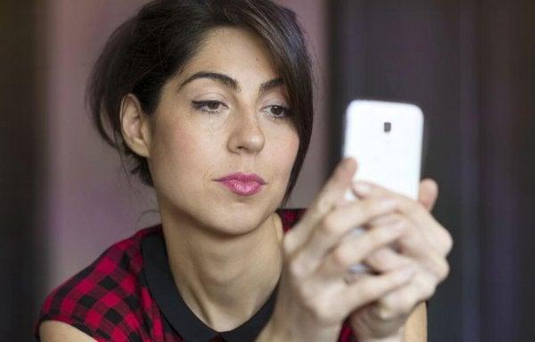 핸드폰을 보는 여인: 질투심은 현실이 아니라 상상에서 온다