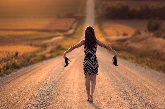 맨발로 걷는 여인