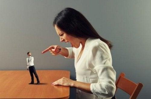 화난 여자: 언어 폭력의 징후