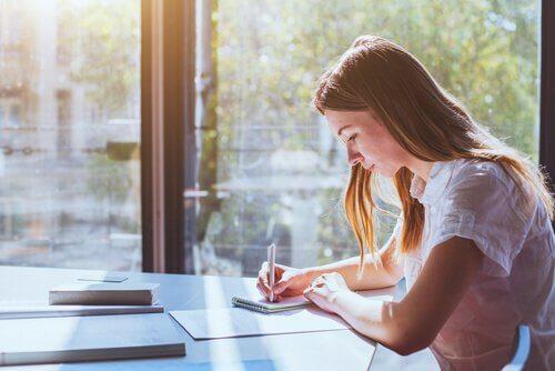 글을 쓰는 여자