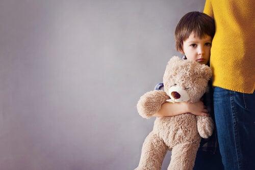 곰인형을 들고 있는 아이