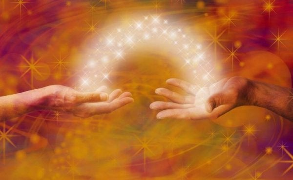 빛으로 연결된 손