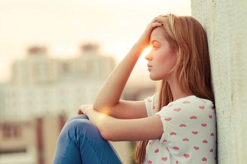 두려움으로 앉아있는 여자: 차가운 게 아니라, 상처 받기 싫을 뿐이야
