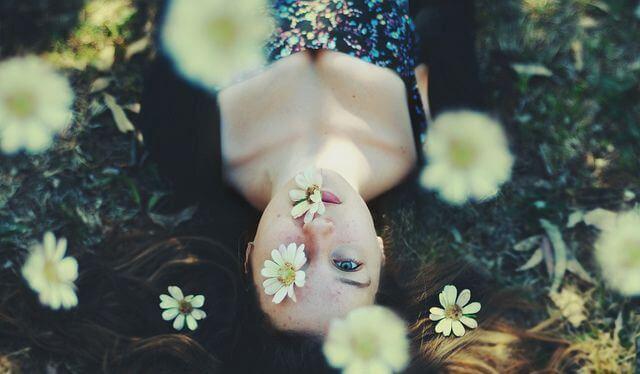 얼굴에 꽃 있는 여자