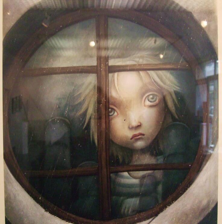 창문 밖을 내다보는 슬픈 아이