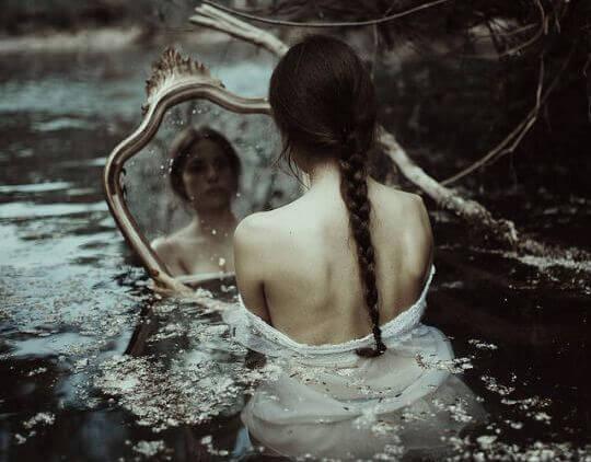 거울을 보는 여자
