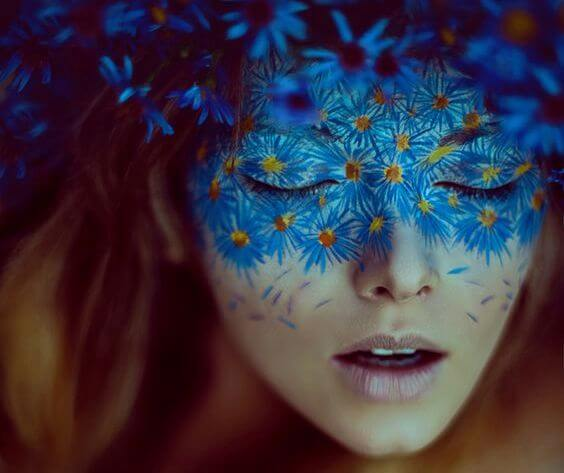 파란 꽃 마스크낀 여인