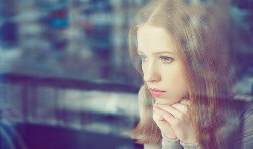 창밖을 보는 여자: 강한 성격이 나쁜 성격은 아니다