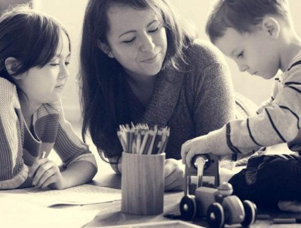 아이들과 노는 엄마: 아이들이 말을 듣게 만드는 3가지 방법