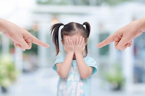 소리지르는 것은 아기의 뇌를 손상시킨다