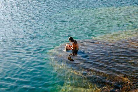 혼자 바다에 있는 여인